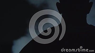 Para tr?s do jogador de basquetebol e das nuvens de fumo toda em torno da rede do basquetebol video estoque