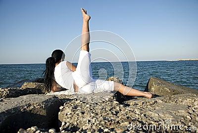 Para trás da mulher que faz o esporte no mar