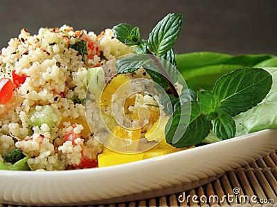 Paraboloïde Arabe de tabouleh avec le couscous