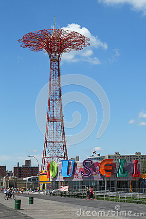 Free Parachute Jump Tower And Restored Historical B&B Carousel In Brooklyn Stock Images - 32631674