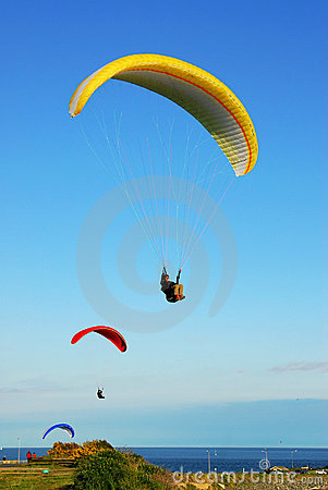 Free Parachutes Flying Above The Ocean Royalty Free Stock Photos - 5868308