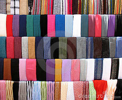 Parada colorida de los paños en Souk viejo