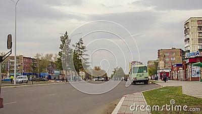 Parada de autobús en la ciudad almacen de metraje de vídeo