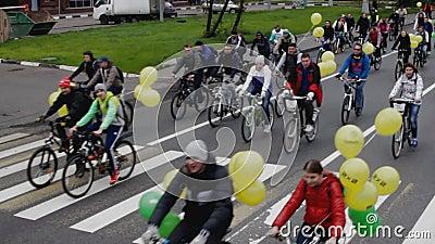 Parade von Radfahrern, Fahrradreiter stock video