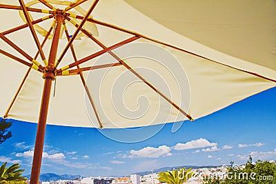 Parasol de playa, detalles tropicales del día de fiesta