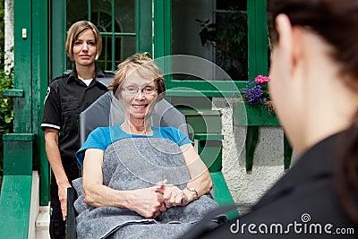 Paramédico com mulher sênior
