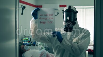 Paramedico in un ospedale: un poster incoraggiante Pandemia di Coronavirus, 2019-ncov, concetto di archivi video