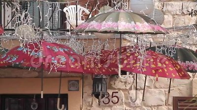 Parapluies mignons qui sont extérieurs accroché clips vidéos