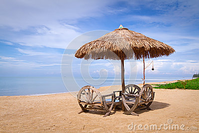 Parasol en la playa idílica