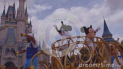 Parata di celebrazione di sorpresa di Minnie e di Mickey sul fondo blu-chiaro nuvoloso del cielo a Walt Disney World video d archivio