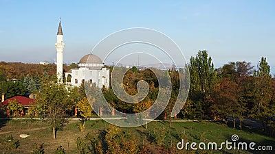 Parco pubblico nella caduta C'è una moschea nel parco Mariupol Ucraina stock footage