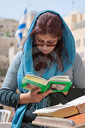 Pared que se lamenta Jerusalén, mujer de rogación Fotografía editorial