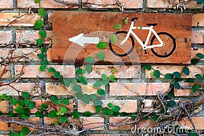 Parede de tijolo com placa da bicicleta