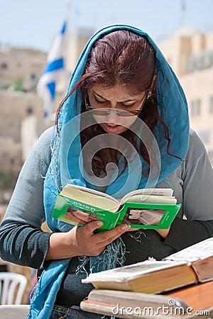 Parede lamentando Jerusalem, mulher praying Fotografia Editorial