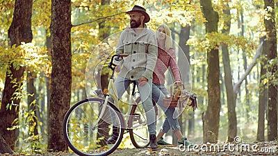 Pareja con bicicleta de época Belleza del otoño Vacaciones al aire libre Pareja romántica otoñal enamorada Disfrutar almacen de metraje de vídeo