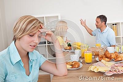 Parents discutant dans la cuisine