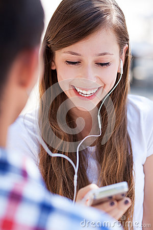 Pares adolescentes com o jogador mp3