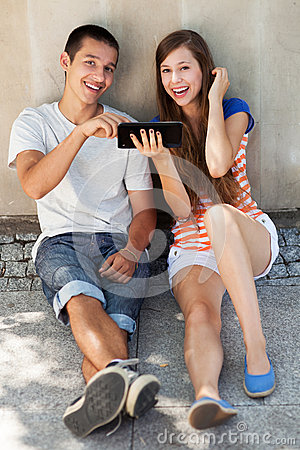 Pares adolescentes com tabuleta digital