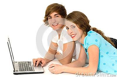 Pares adolescentes con la computadora portátil