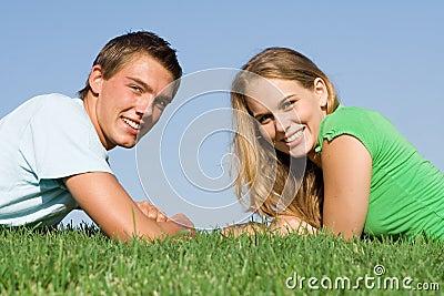 Pares adolescentes de sorriso felizes