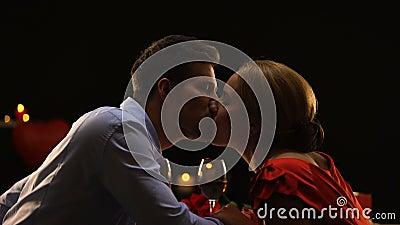 Pares afetuosos que fazem os espaguetes beijar na data romântica no restaurante, amor video estoque