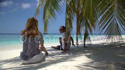 Pares atractivos jovenes que disfrutan de un día de fiesta en la costa tropical almacen de video
