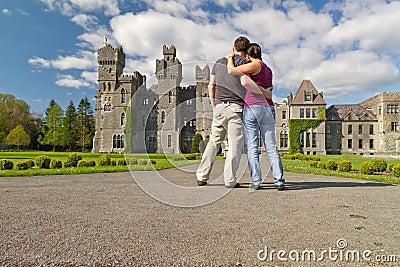 Pares cariñosos en los jardines del castillo