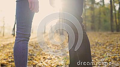 Pares de amantes novos que guardam maciamente as mãos de cada um, apreciando a data vídeos de arquivo