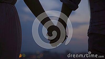Pares de los amantes que llevan a cabo firmemente las manos y que se separan, historia de amor, desintegración almacen de metraje de vídeo