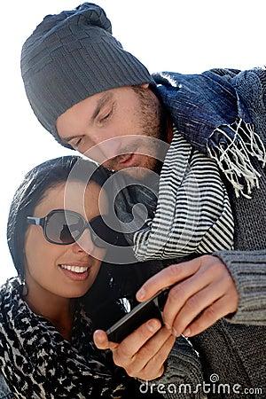 Pares de moda usando móvil