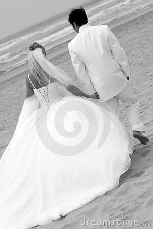 Pares do casamento na praia