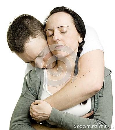 Pares en abrazo cariñoso