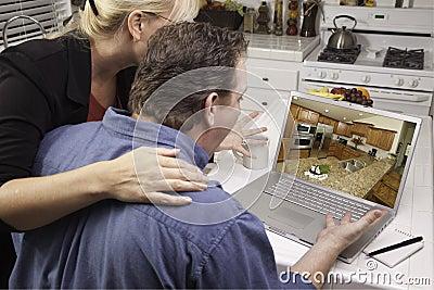 Pares en cocina usando la computadora portátil - mejoras para el hogar