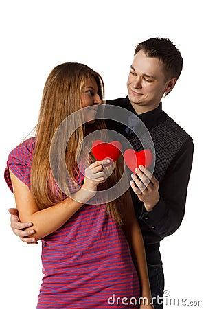 Pares enamorados jovenes con un corazón en un fondo blanco.