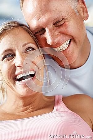 Pares envejecidos medios felices que se gozan