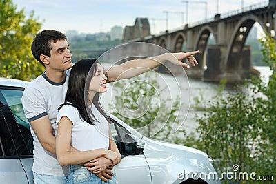 Pares eretos fora de seu carro no abraço