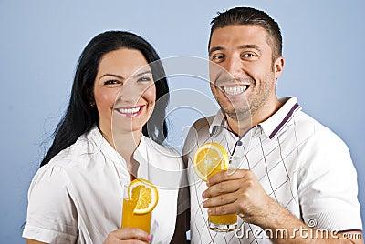 Pares extremamente felizes com sumo de laranja