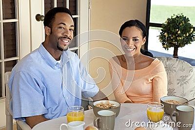 Pares felices del afroamericano que tienen un B sano