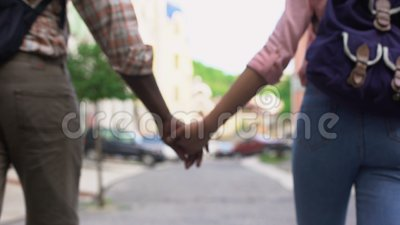 Pares felizes que andam na cidade que guarda as mãos, viajando junto, data exterior filme