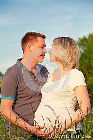 Pares grávidos no parque