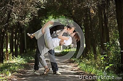 Pares hermosos que se besan en un parque