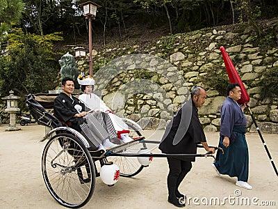 Pares japoneses tradicionais do casamento Foto Editorial