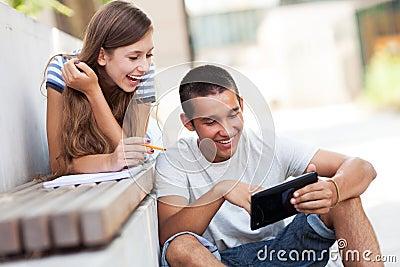 Pares jovenes con la tablilla digital