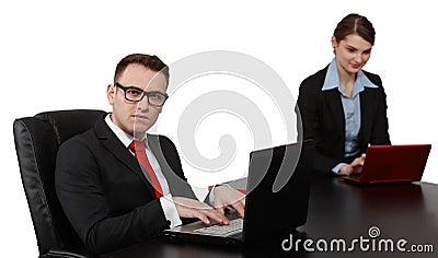 Pares jovenes del negocio en los ordenadores portátiles