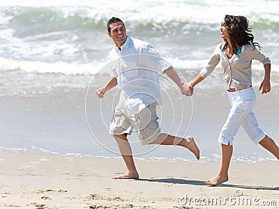 Pares jovenes en la playa, ejecutándose de común acuerdo.