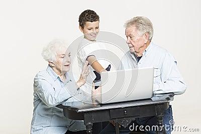 Pares mayores con su nieto