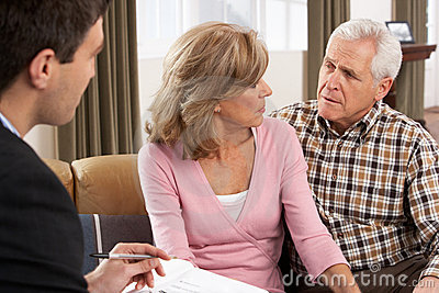 Pares mayores que hablan con el consejero financiero