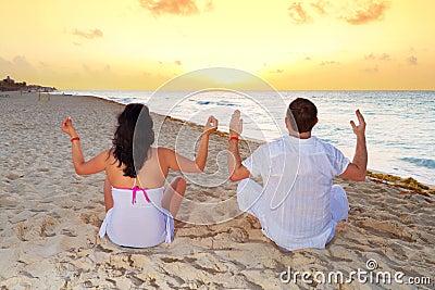Pares meditating junto en el mar del Caribe