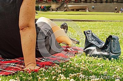 Pares nos anos quarenta que relaxam no parque