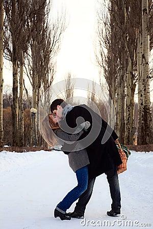 Pares que beijam na aléia do poplar